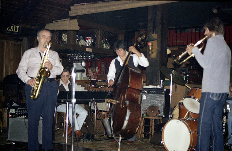 John Tirabasso Quintet at the Right Track, Pasadena, California -- November 26, 1979 -- Frank Strazzeri(piano), Lew Ciotti(tenor), Steve Huffstetter(trumpet), JT(drums), Frank DeLaRosa(bass) -- photo by Mark Weber -------- check out that battle-scarred bass of Frank's