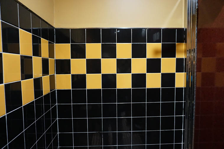 This color scheme really appeals to me, leave it to New York to be so hip, I came across this in the men's room at the Metro Diner on Broadway, Upper West Side ---- November 16, 2o18 – photo by Mark Weber ---- Next time I have a chance to do some tiling I'm using it