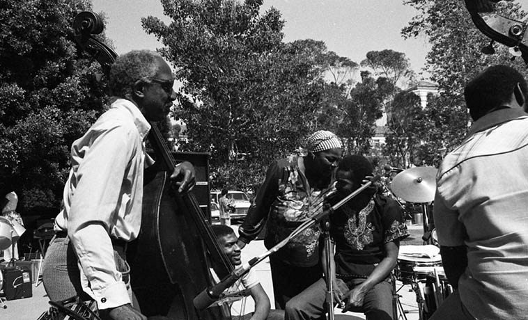 Linda & Horace in the center with Fritz sitting on ground with bass players David Bryant & Henry Franklin ---- UCLA May 16, 1981 ---- photo by Mark Weber
