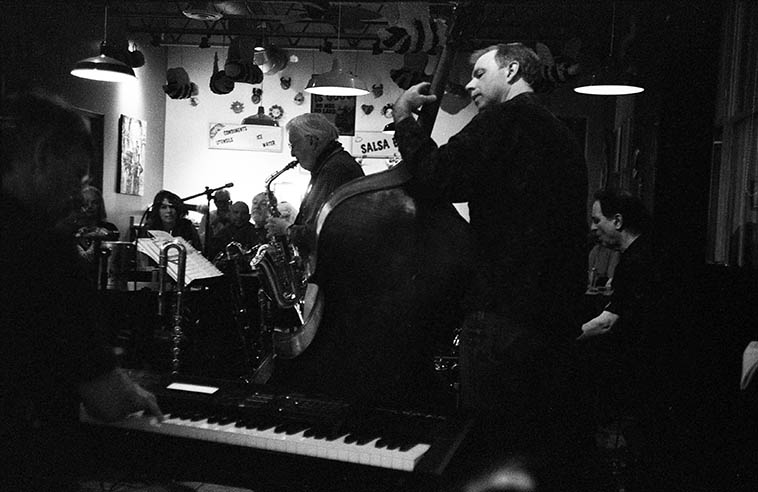Such a perfect picture of a working jazz band ---- Arlen Asher Quartet at Bumble Bee Bob's much-loved taco joint in Santa Fe ---- Jon Gagan (bass), John Trentacosta (drums), Bert Dalton (elec-piano) ---- April 25, 2009 photo by MW