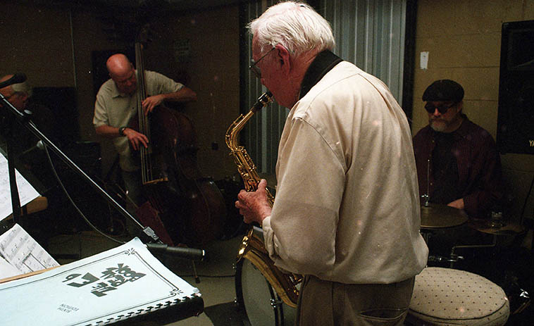 Arlen Asher (alto) subbing for Lee Taylor in Mark Tatum's Quintet at a hamburger joint/micro- brewery down on Gibison & Yale in Albuquerque w/ Mark(bass), John Bartlit(drums) Arnold Bodmer(piano) ---- photo by MW May 13, 2018